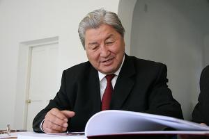"""Акун Токтосартов, основатель и первый президент международной ассоциации """"Руханият"""" во время работы над рукописями, 2007 г."""