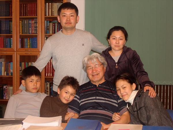 Акун Токтосартов в окружении детей и внуков